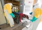 Dritter internationaler Lehrgang und Einsatzübung im sog. mobilen Isolationskrankenhaus des DRK in Feldkirchen / Bayern, das zukünftig für internationale Hilfseinsätze beim Ausbruch hochansteckender Infektionskrankheiten zur Verfügung stehen wird: Patient wird eingeliefert - 06.05.2017